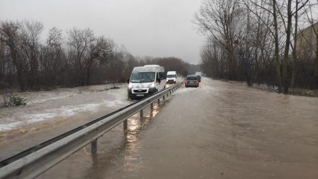 ВИДЕО: Море до морето - пътят край Созопол е под вода, колите едва се движат! Затвориха го