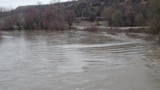 След пороите: Още наводнени села и прекъснати пътища