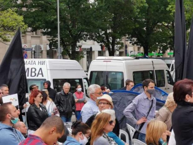 За поредна вечер антиправителствени демонстранти блокирахаОрлов мост в София. След