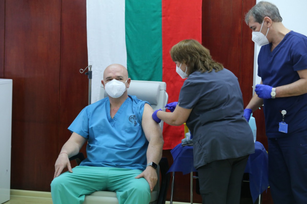 Днесначалникът на Военномедицинска академия ген. Венцислав Мутафчийски получи втората доза