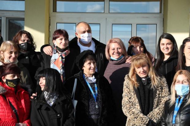 ВИДЕО: Борисов обикаля Родопите, захапа Радев: Да каже на учителите или на лекарите да спрем първо парите