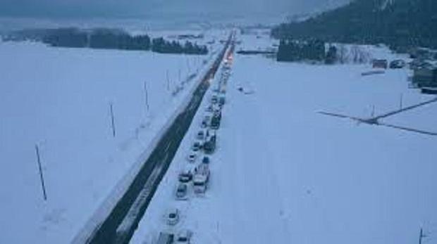Снежен ад в Япония: 130 блокирани коли на магистрала (ВИДЕО)