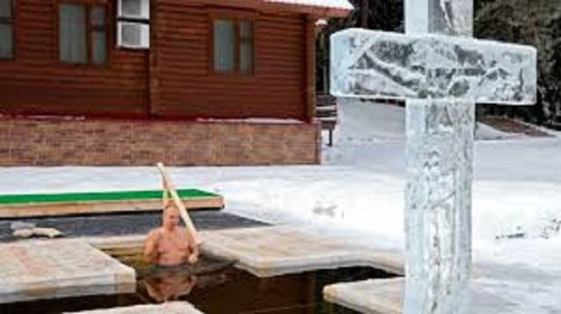Путин се потопи в ледените води край Москва