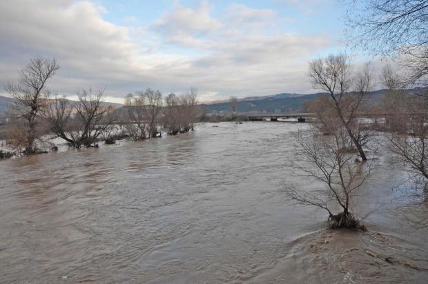 Камчия заплашва да прелее и наводни села заради непочистени боклуци