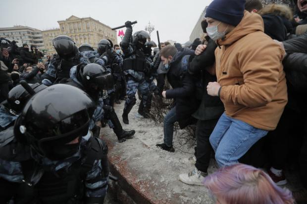 Русия се вдигна на протести срещу Путин в стотици градове, полицията арестува и бие наред