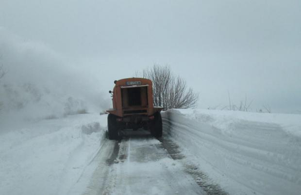 Снежният фронт удари страната. От рано сутринта ситуацията по пътищата