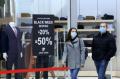 След отварянето на търговските центрове: Опашки от хора се вият пред магазините