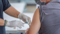 Не е страшно, ваксинирайте се: Разказ от първо лице за страничните ефекти след Астра Зенека