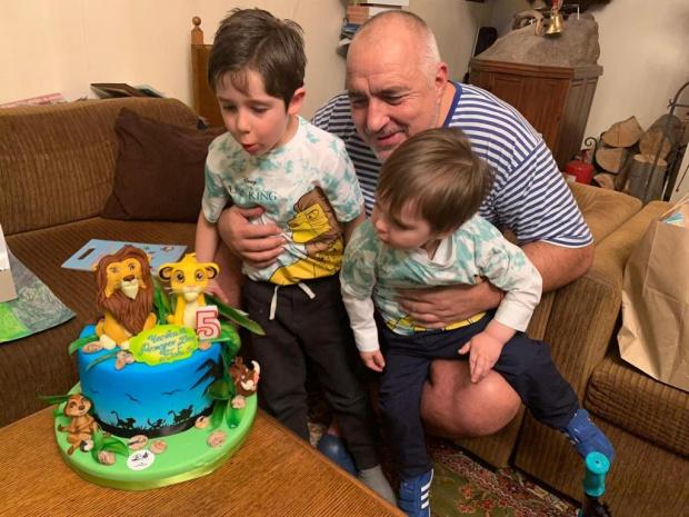 Бойко Борисов сподели свой важен момент с внуците, торта и рисунка СНИМКИ