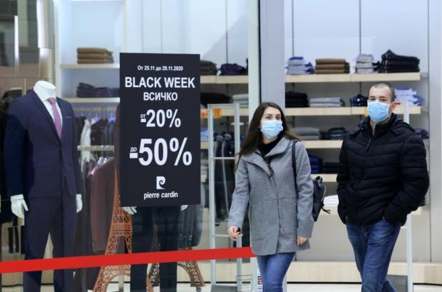 Опашки от хора се вият пред магазините в търговските центрове