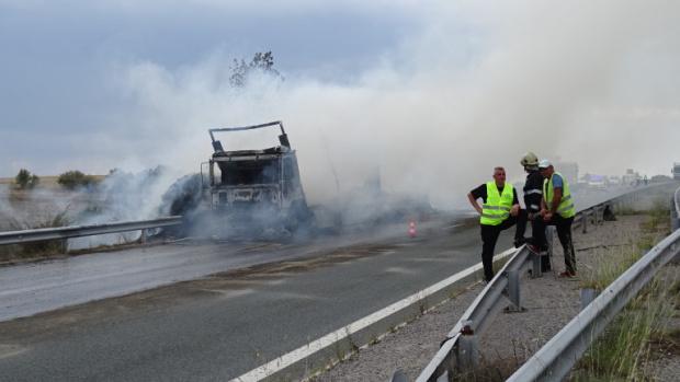 Турски камион разби манинелата на АМ Хемус, навлезе в насрещното и пламна като факла