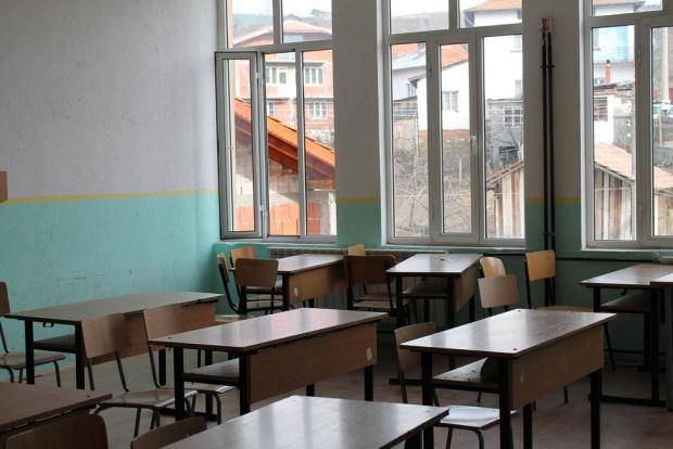 Ангелов разпореди връщането на големите ученици в клас, но само в малките населени места