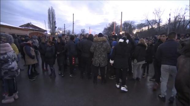 Граждани протестират в кв.