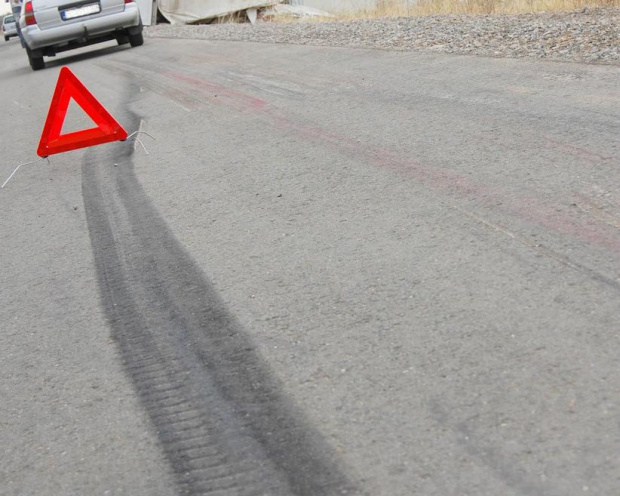 Кола навлезе в насрещното и се блъсна в автобус в Перник, има загинал