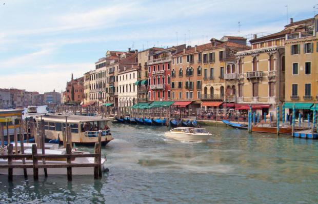 Каналите във Венеция пресъхнаха, а лодките и гондолите остават неподвижни,