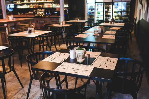 Заведенията за хранене и развлечения от днес възобновяват дейността си.