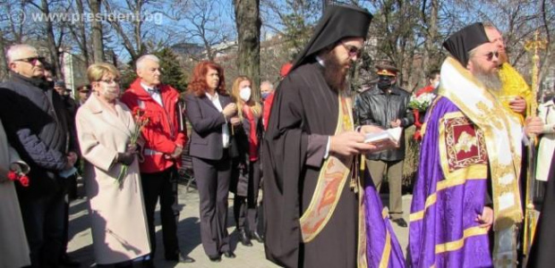 Илияна Йотова пред Докторския паметник в София: Героите с белите престилки са всеки ден с нас