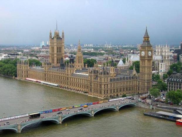Британските флагове на всички институции са спуснати наполовина и дълго