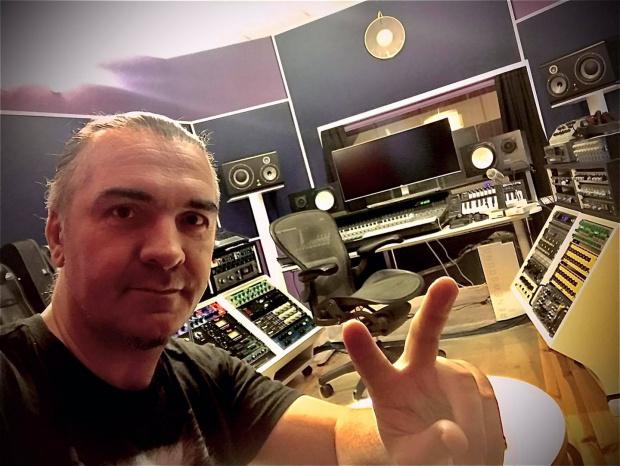 Сериозна война се заформи във Фейсбук между барабаниста на Слави