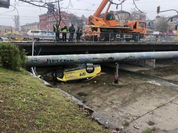 Такси кацна по таван в канала на река Владайска след зрелищна каскада