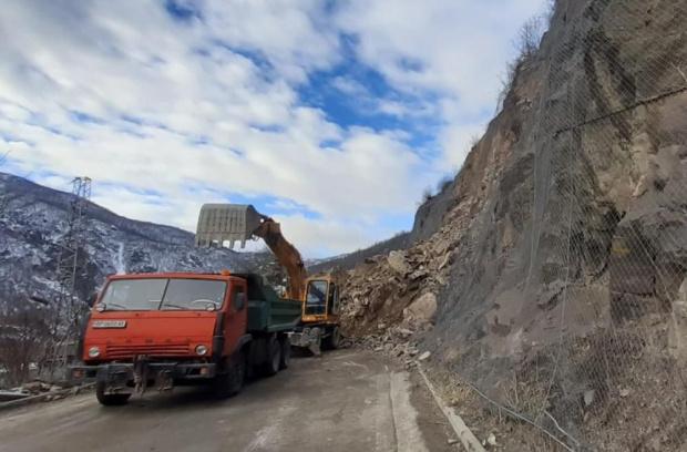 Затворено е движението по пътя София-Самоков заради срутили се скали