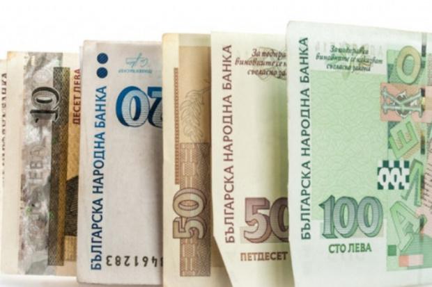 Служителка в офис за бързи кредити тегли заеми от името на свои клиенти, но прибра пачките за себе си