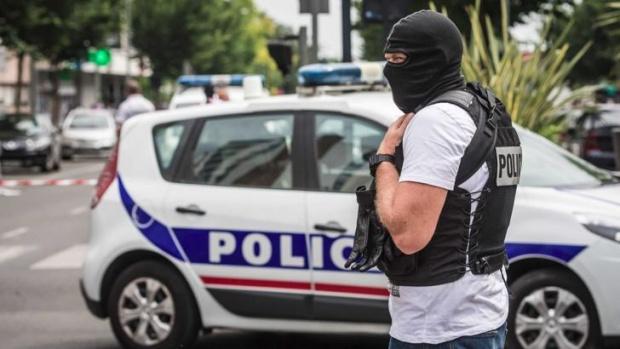 Нападения с нож срещу полицайка във Франция, колегите й простреляха агресора