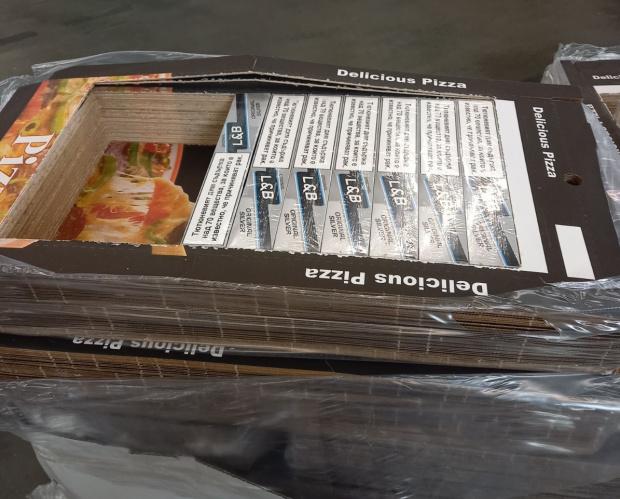 Наглеци опитаха да изнесат над 3300 кутии цигари в кутии за пица