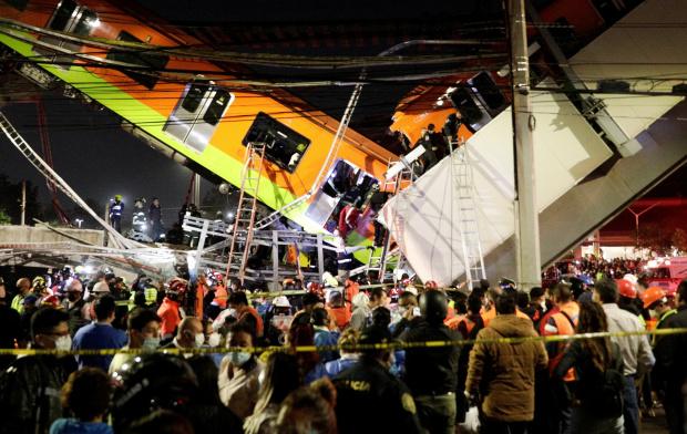 ВИДЕО Надлез в Мексико се срути докато преминава метровлак - много са загинали и ранени