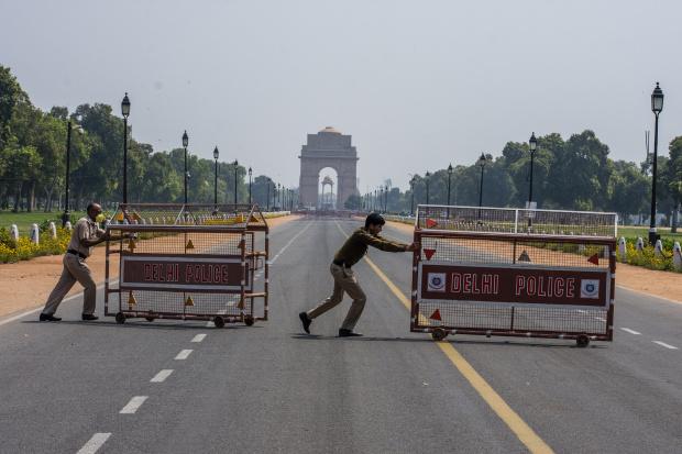 Зов за пълен локдаун в пратената в нокдаун от COVID-19 Индия