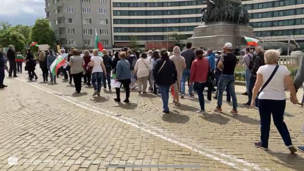 Покачване на напрежението пред президентството: Протестиращи посрещнаха Хаджигенов