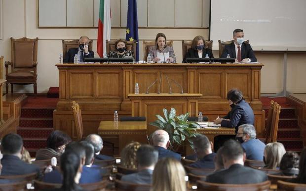 Депутатите задължиха министрите в оставка да се явят в Парламента