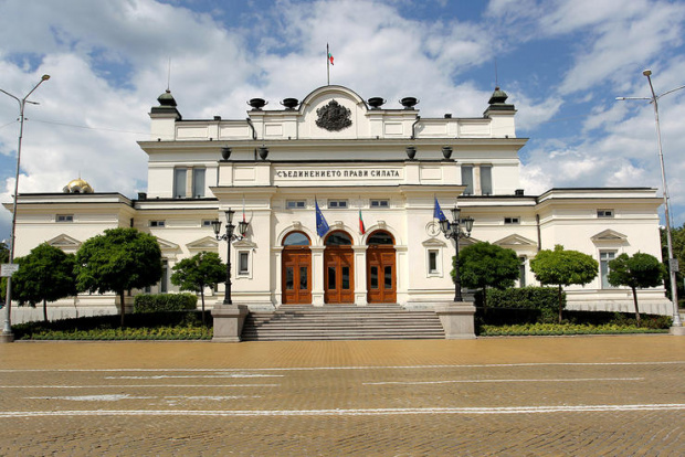 Служебният кабинет на Стефан Янев приема властта от правителството на