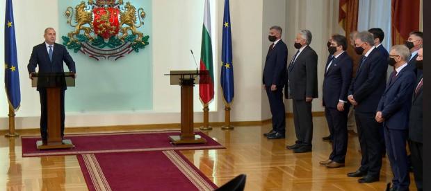 Президентът Румен Радев представя назначения от него служебен кабинет.