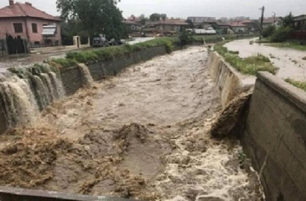 Поради интензивни валежи има опасност от възникване на наводнения в