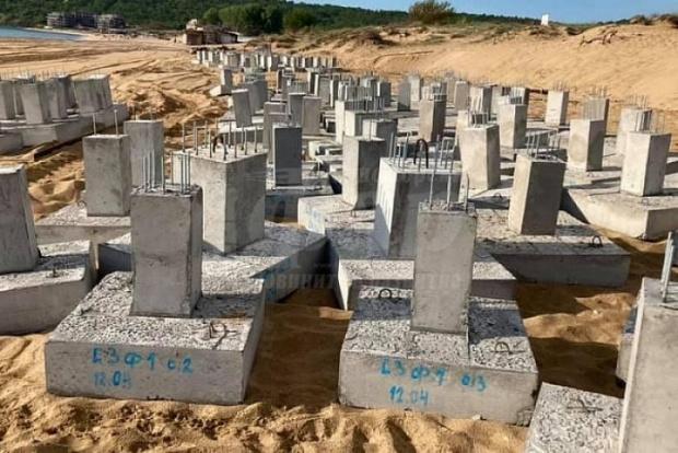 """Тежки бетонни блокове са изсипани на пясъка на плаж """"Смокиня""""."""