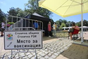 Осем мобилни центъра за ваксинации работят в София