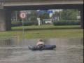 Смях! Бургазлия се пусна по дюшек в наводнено кръстовище (ВИДЕО)