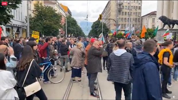 Стотиципротестиращи се събират пред Съдебната палата с искането за оставка