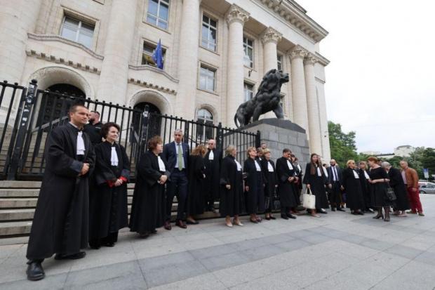 Адвокатиисъдиисе събраха пред сградата наСъдебната палатав София на мълчалив протест.