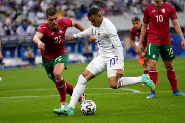 Млада България рухна в края на престижната контрола срещу световния шампион в Париж