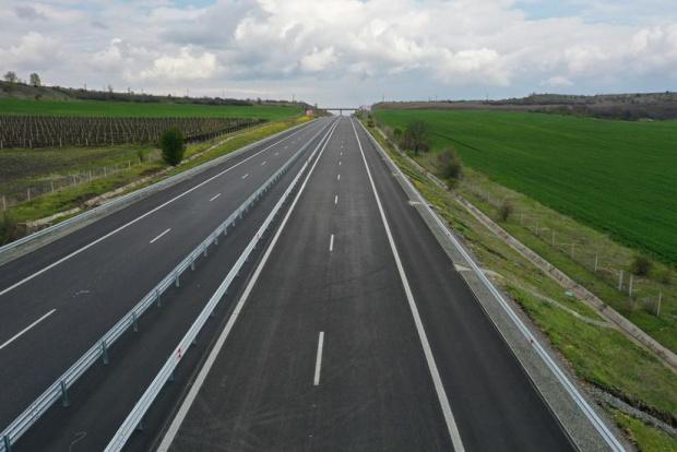 Обилен дъжд затрудни движението по магистрала Тракия. Пътната настилка е