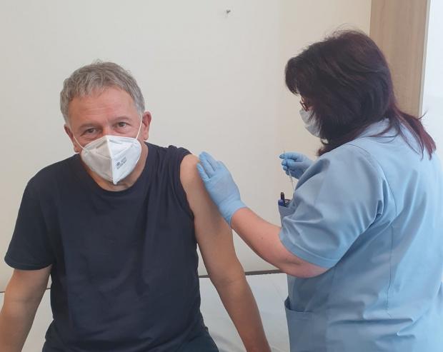 И министър Кацаров се ваксинира
