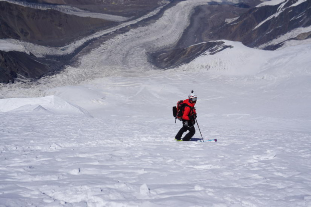 Крехка снежна покривка се образува в най-високите части на планините.