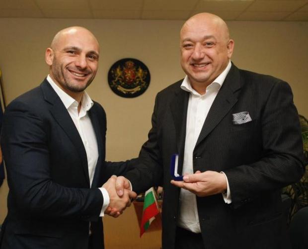 ММА боецът Станислав Недков-Стъки нахлу при спортния министър Кузманов, докато