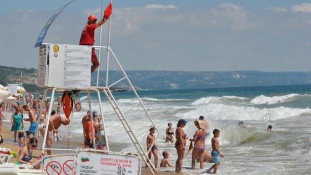 Спасителите на плажа не достигат и това лято