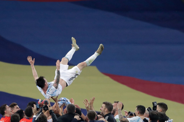 Меси най-сетне вдигна трофей с Аржентина! После подивя и запсува каруцарски СНИМКИ