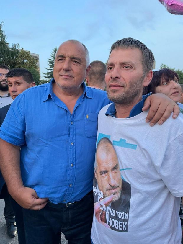 Стъки и още 100-ина фенове на Бойко го посрещнаха преди разпита в полицията ВИДЕО