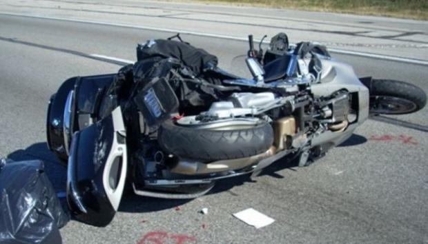 Млад моторист загина във варна, пометен от лек автомобил