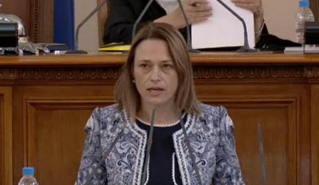 Ива Митева: Ще поставя въпроса за отмяната на лятната ваканция на депутатите